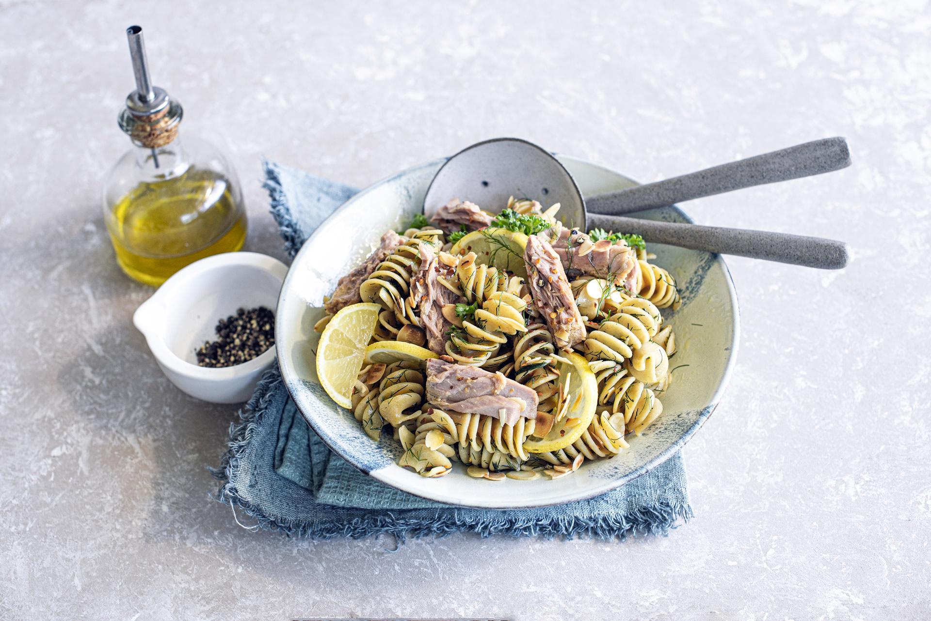 Insalata di pasta con limone, finocchietto e mandorle, filetti di tonno all'olio extra vergine di oliva